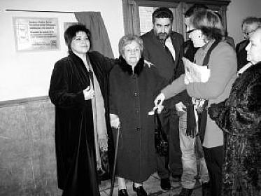 La alcaldesa de Lasarte-Oria, Ana Urchueguía, arropa a Jesusa Ibarrola Tellechea, tras descubrir la placa por las víctimas del terrorismo. N.G.